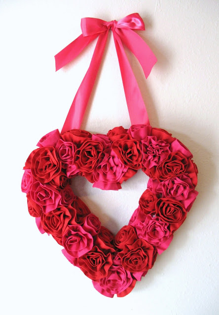 DIY Valentine red and pink flower wreath (via www.sewmuchado.com)