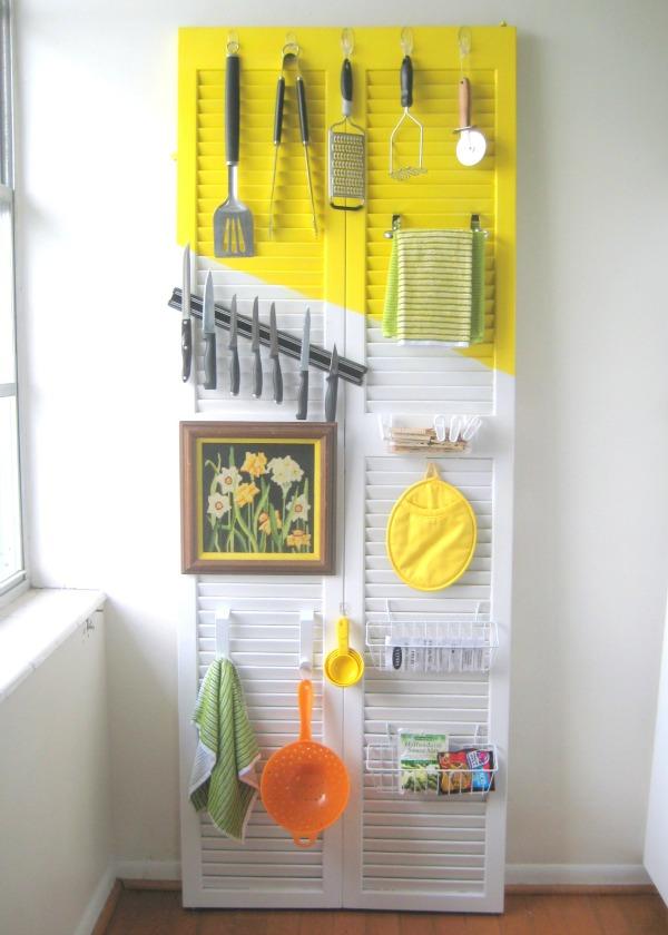 DIY color block door utensil holder (via www.creatingreallyawesomefunthings.com)