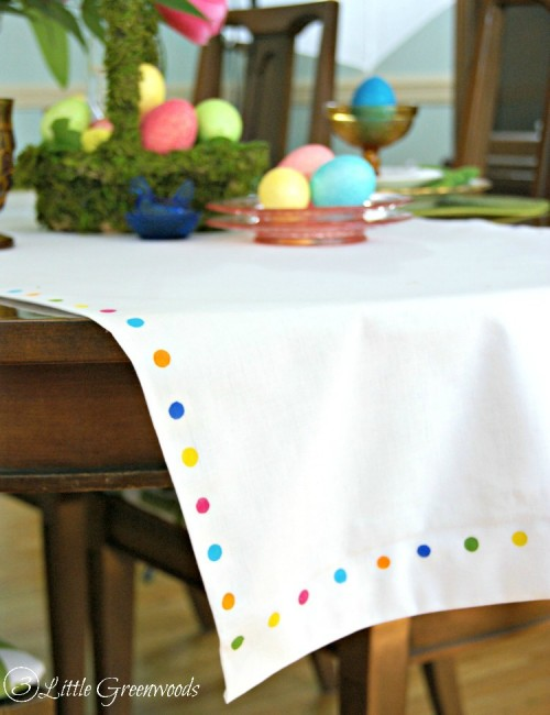 DIY table runner with colorful spots (via www.shelterness.com)