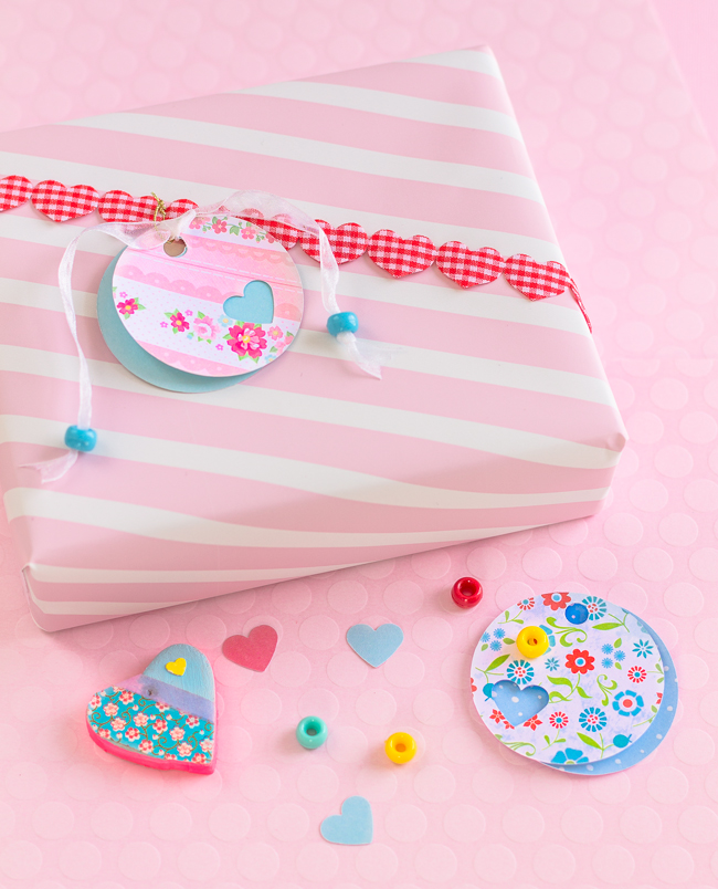 DIY round gift tags of craft paper and beads (via mollymell.blogspot.ru)