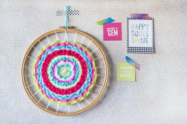 DIY colorful woven wall hanging with an embroidery hoop (via www.liveitloveitmakeit.com)