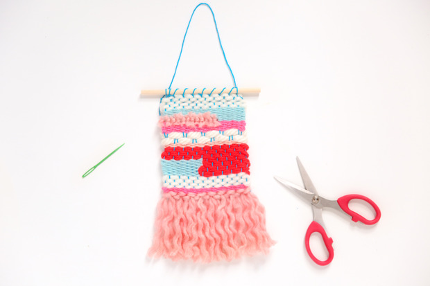 DIY colorful woven wall hanging (via www.forthemakers.com)