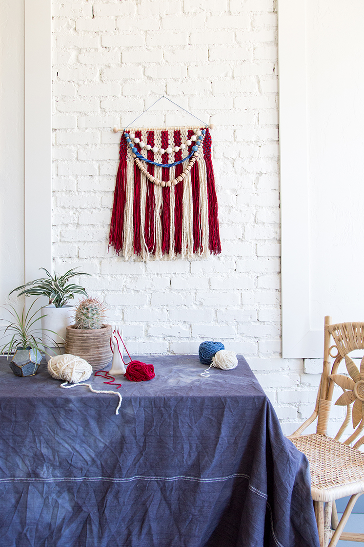 DIY woven patriotic wall hanging (via thehousethatlarsbuilt.com)