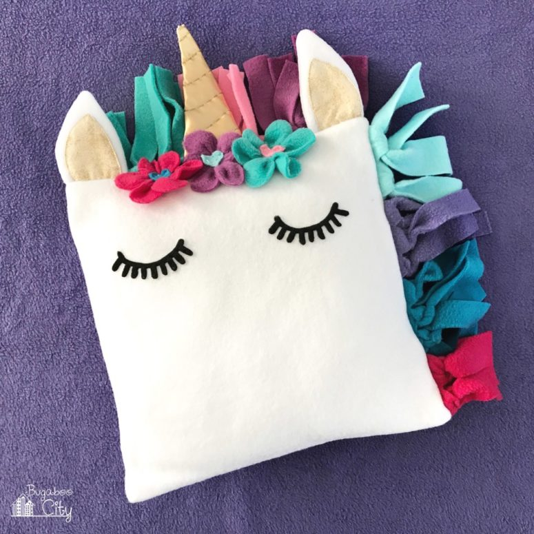DIY fleece unicorn pillow (via www.bugaboocity.com)