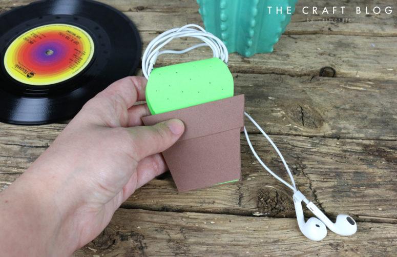 DIY foam cactus ear bud holder (via www.thecraftblog.com)
