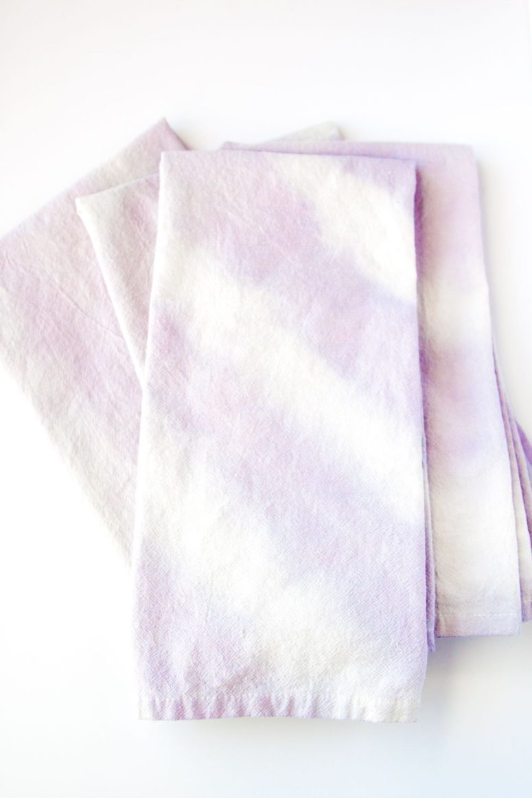 DIY natural dip dye spring napkins (via www.thesassylife.com)