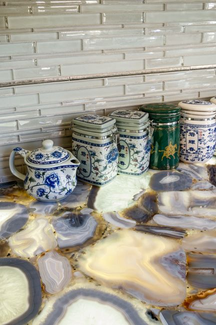a gorgeous agate countertop fits a neutral space and makes a trendy statement