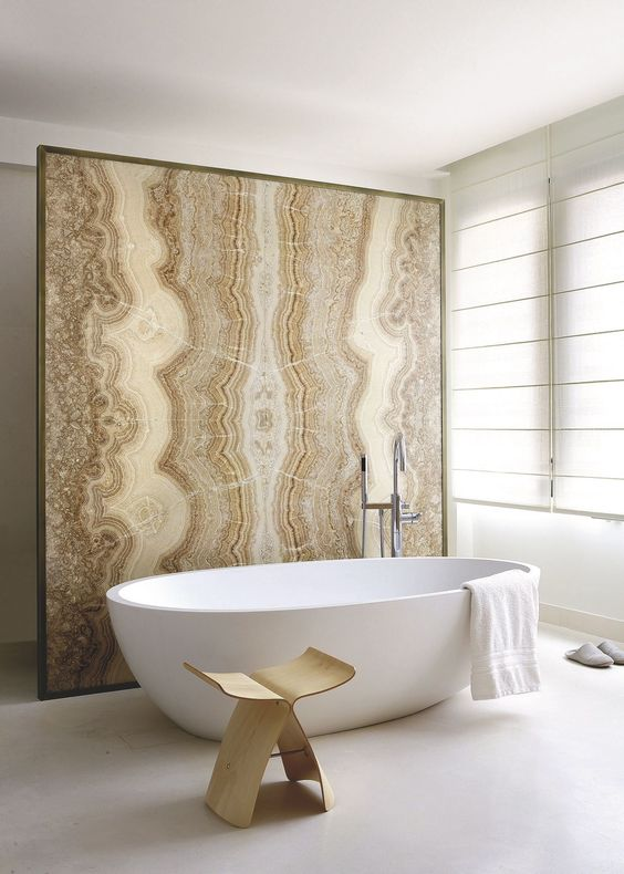 an agate wall that divides the bathing and toilet spaces in the bathroom