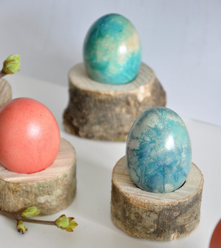 DIY Easter wooden log egg cups (via www.spalvotasdryzuotas.com)