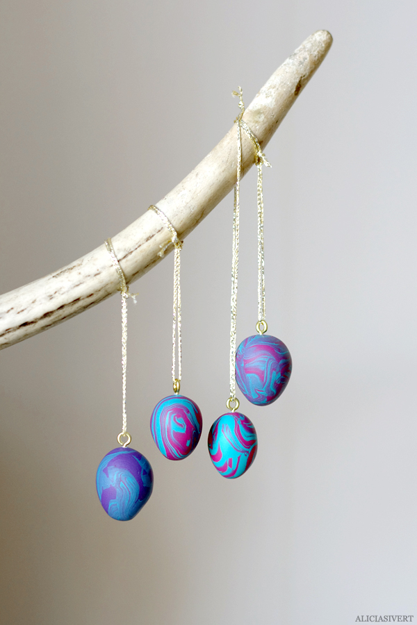 DIY bright polymer clay marble egg ornaments (via aliciasivert.blogspot.ru)