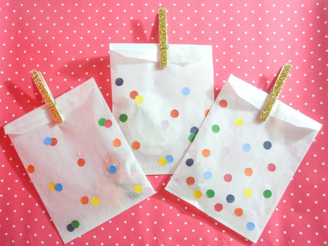 DIY paper favor bags with confetti (via www.ajoyfulriot.com)