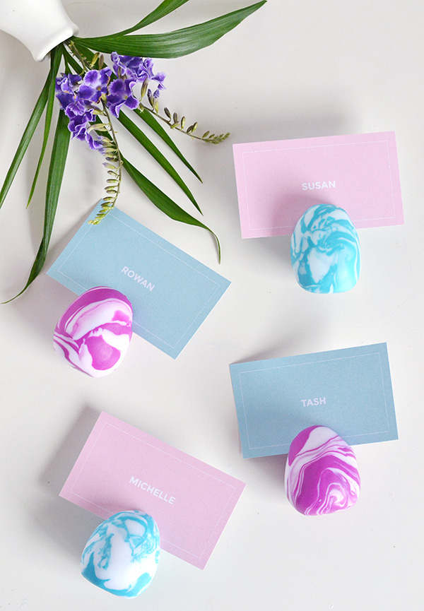 DIY marble clay egg card holders for Easter (via makeandtell.com)