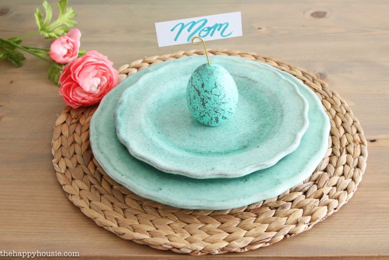 DIY speckled egg place card holders for Easter (via thehappyhousie.porch.com)