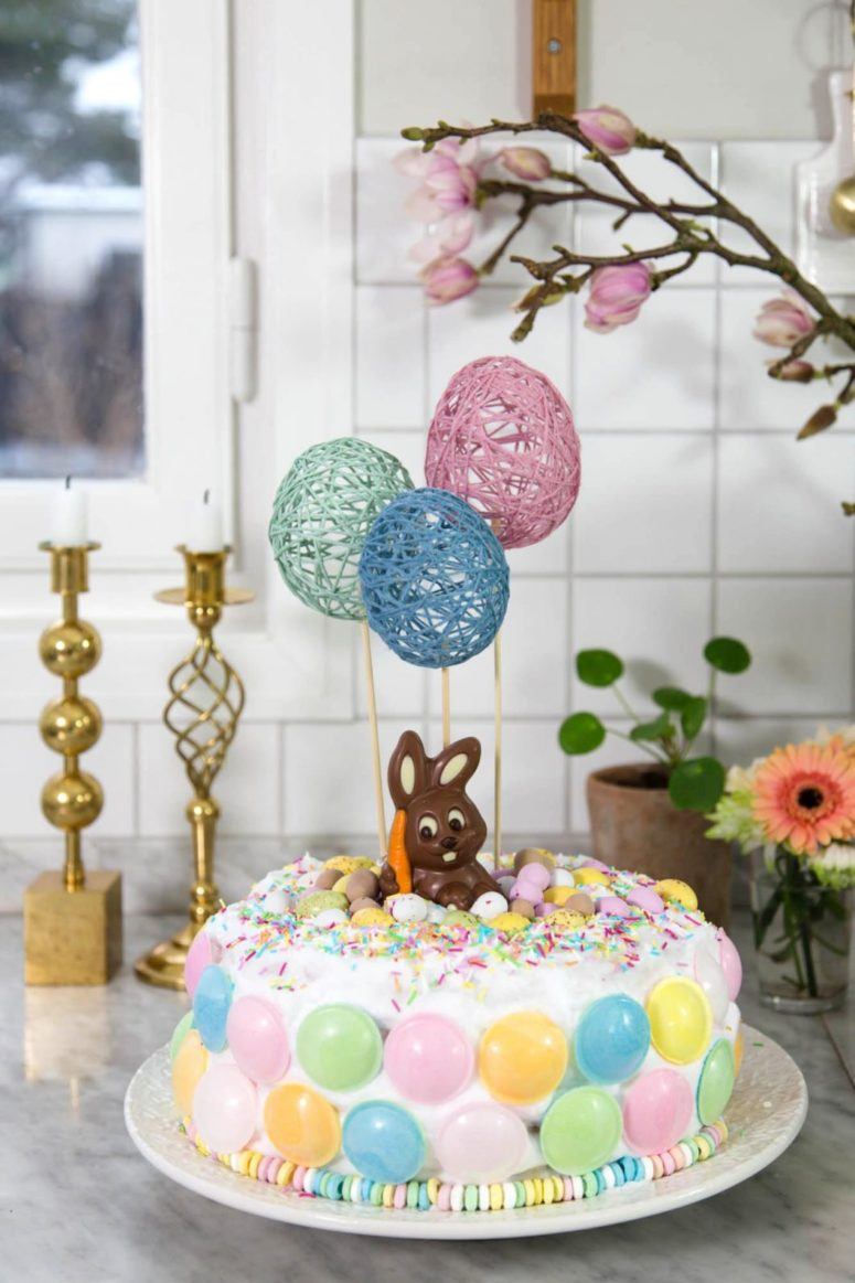 DIY yarn egg Easter cake toppers (via dnilva.se)