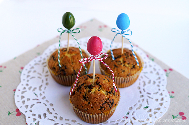 DIY colorful foam egg cupcake toppers for Easter (via journeycreativity.blogspot.ru)