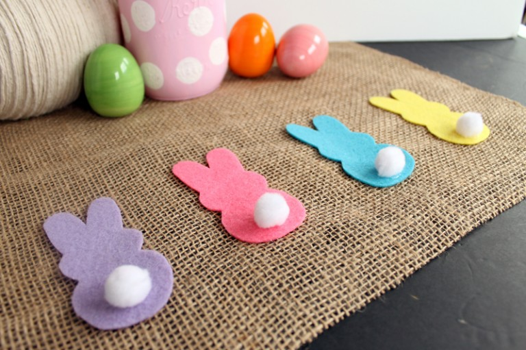 DIY burlap table runner with felt bunnies (via www.thecountrychiccottage.net)