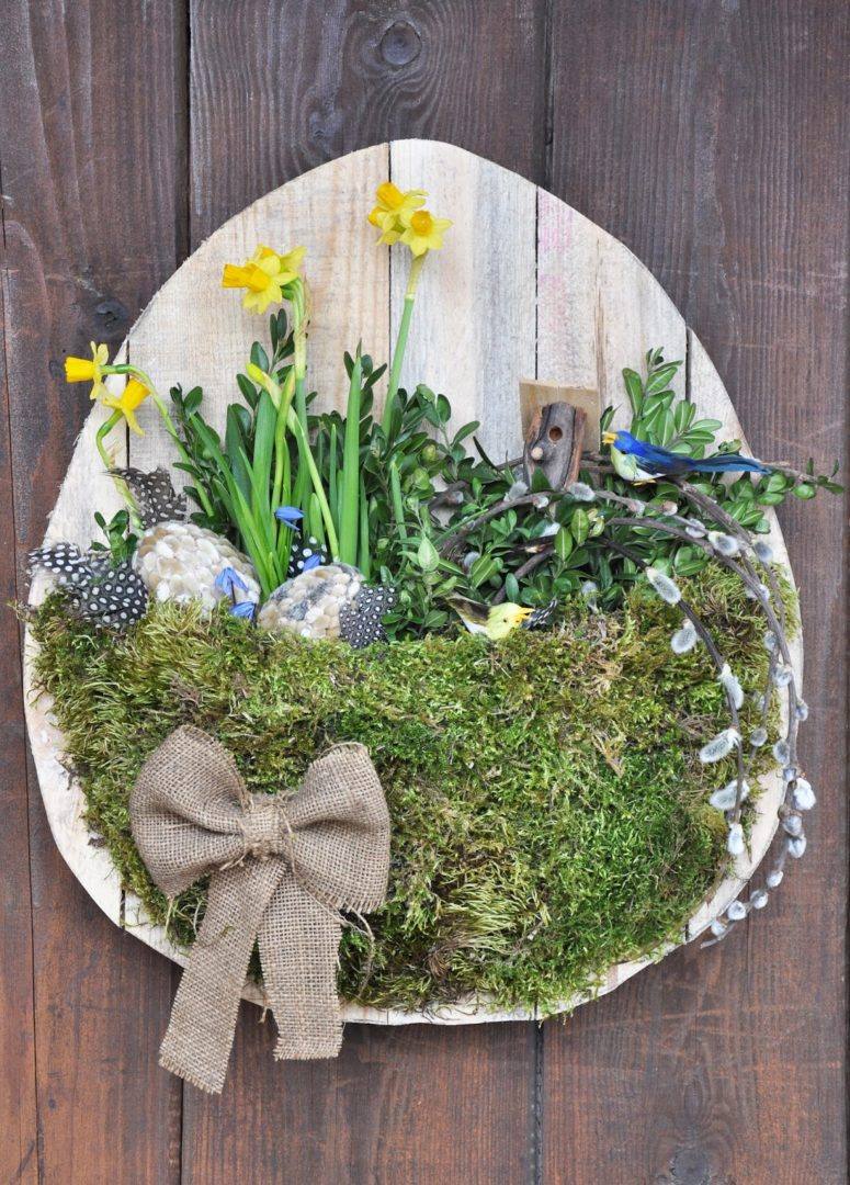 DIY Easter wall art of a moss basket and flowers (via www.spalvotasdryzuotas.com)