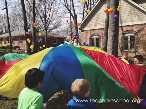 DIY Easter egg parachute game (via teachpreschool.org)