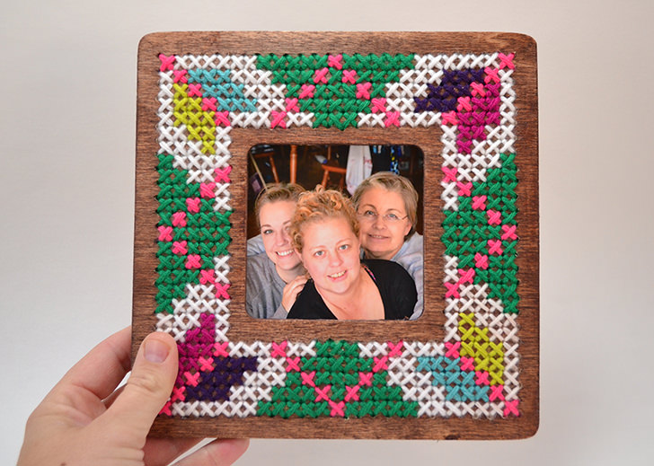 DIY cross stitched picture frame (via www.dreamalittlebigger.com)