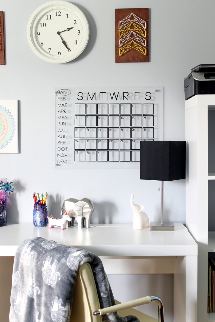 DIY acrylic calendar with black letters (via www.thecountrychiccottage.net)