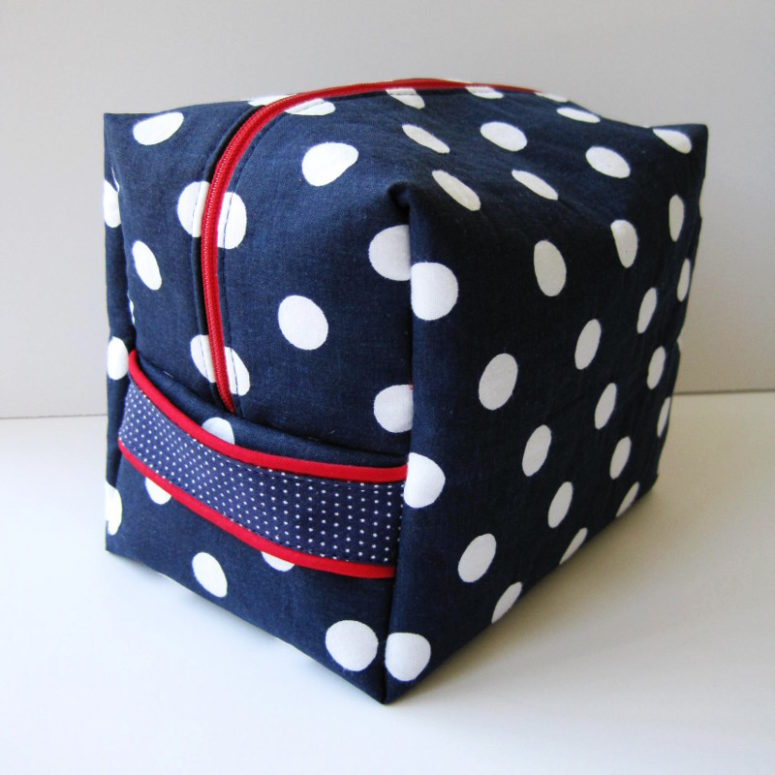 DIY navy polka dot toiletries bag (via www.shesgotthenotion.com)