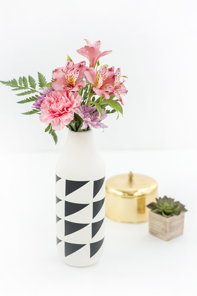 DIY porcelain jug and black geometric pattern vases (via www.dreamgreendiy.com)