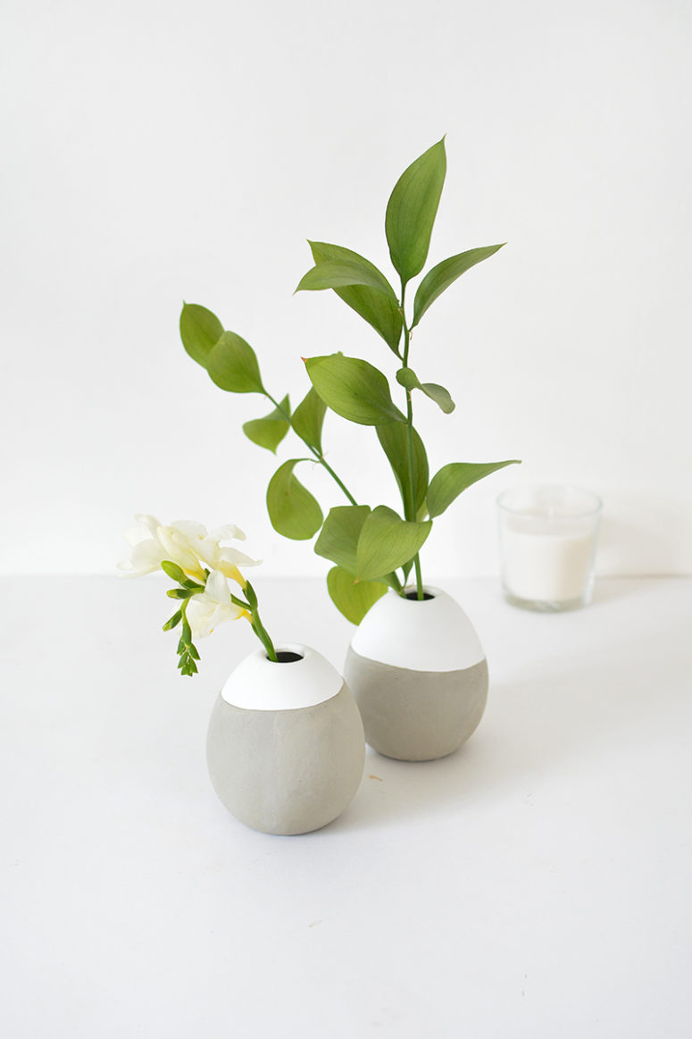 DIY concrete bud vases in grey and white (via www.burkatron.com)