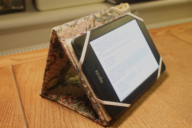 DIY cardboard and floral fabric tablet stand (via wrappedupinrainbows.blogspot.ru)
