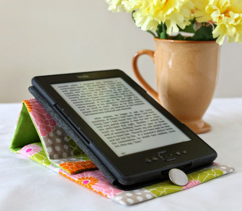 DIY quilting fabric tablet cover and stand (via theinspiredwren.blogspot.ru)