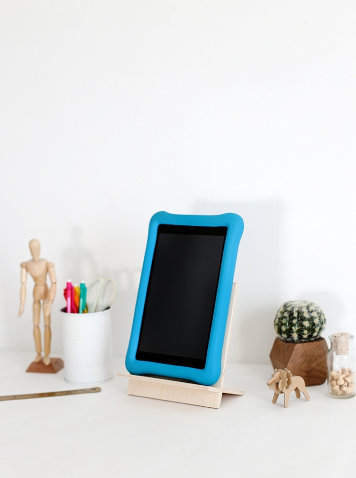 DIY simple and stylish plywood tablet stand (via themerrythought.com)