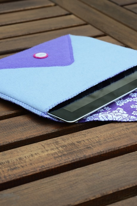 DIY two colro felt tablet case (via www.craftfoxes.com)