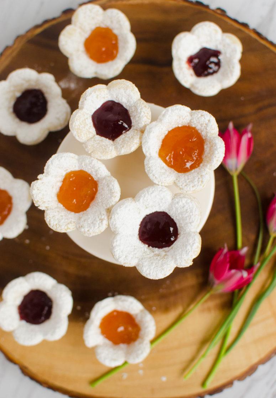 DIY jam-filled sugar flower cookies (via www.twentyfivethings.com)