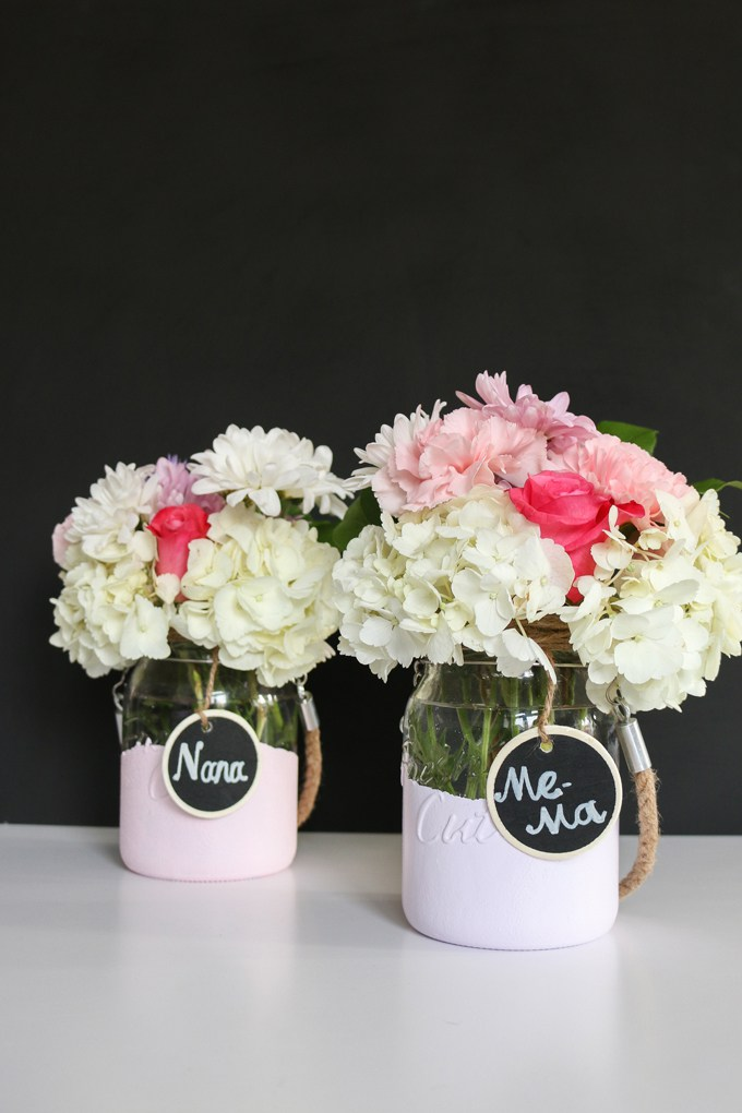 DIY dipped mason jar vases with handles and tags (via www.kitchentrials.com)