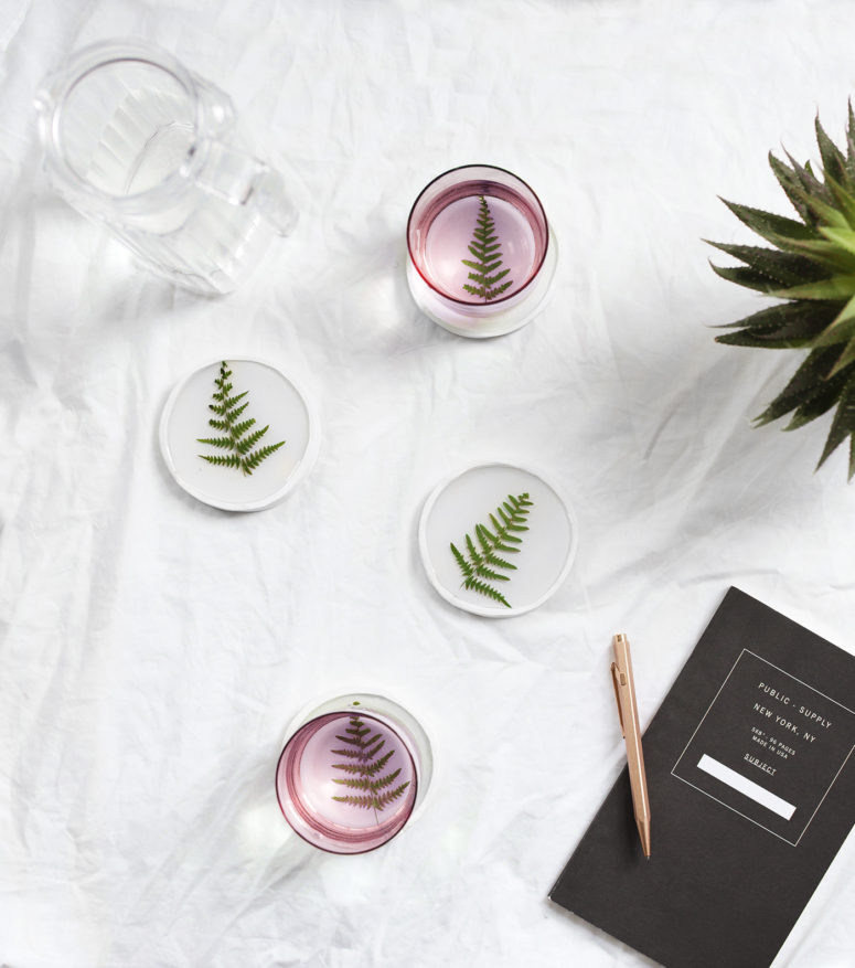 DIY resin botanical coasters (via thelovelydrawer.com)