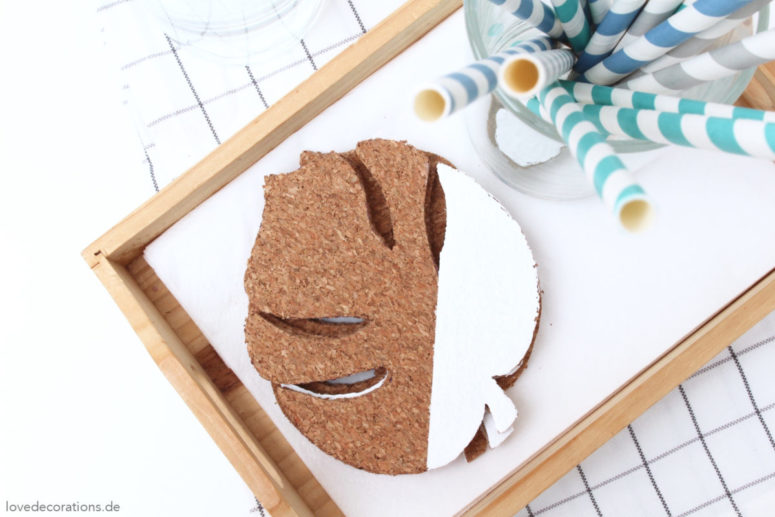 DIY monstera leaf cork coasters (via lovedecorations.de)