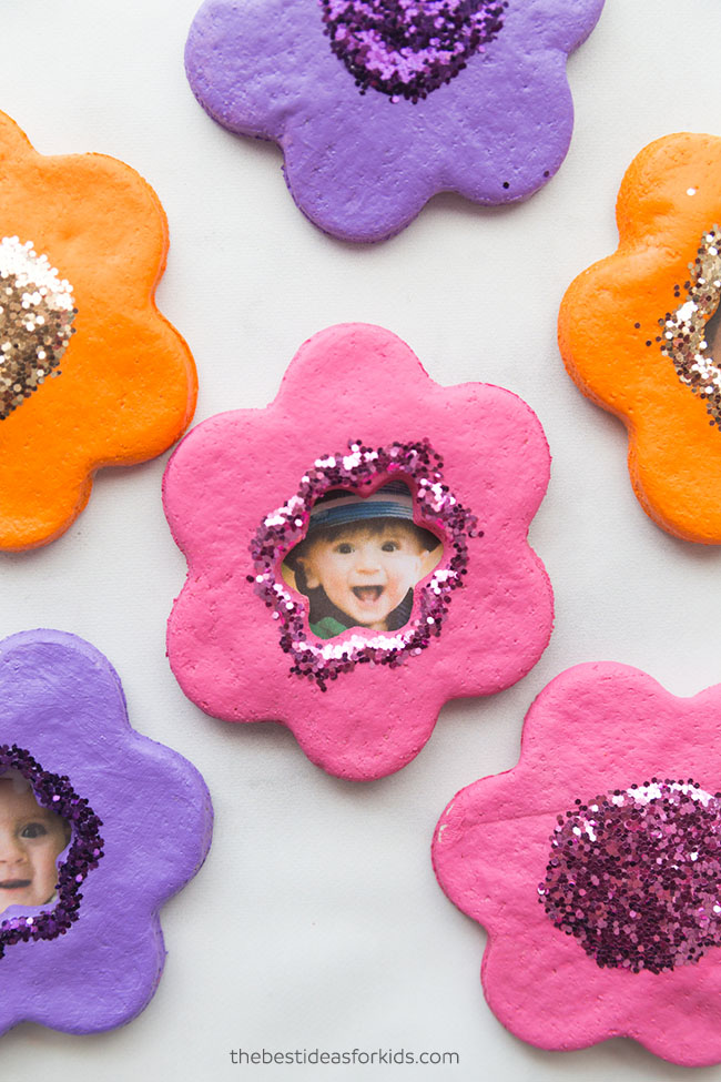 DIY salt dough flower magnets with photos (via www.thebestideasforkids.com)