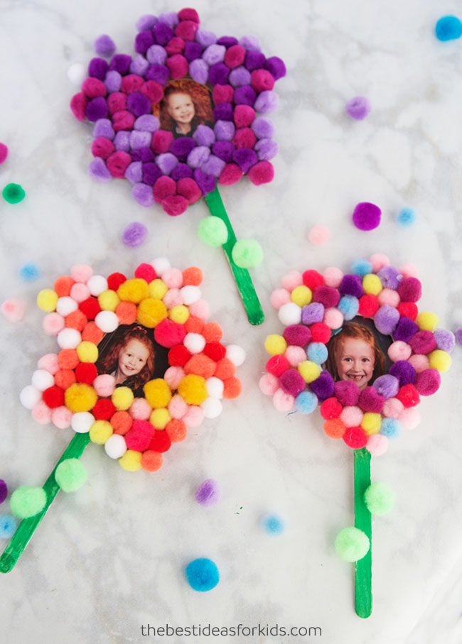 DIY pompom flower photo magnets (via www.thebestideasforkids.com)