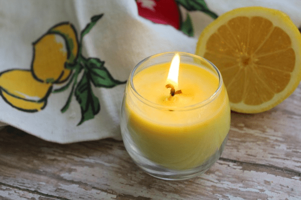 DIY lemon essential oil candles (via thehomespunhydrangea.com)