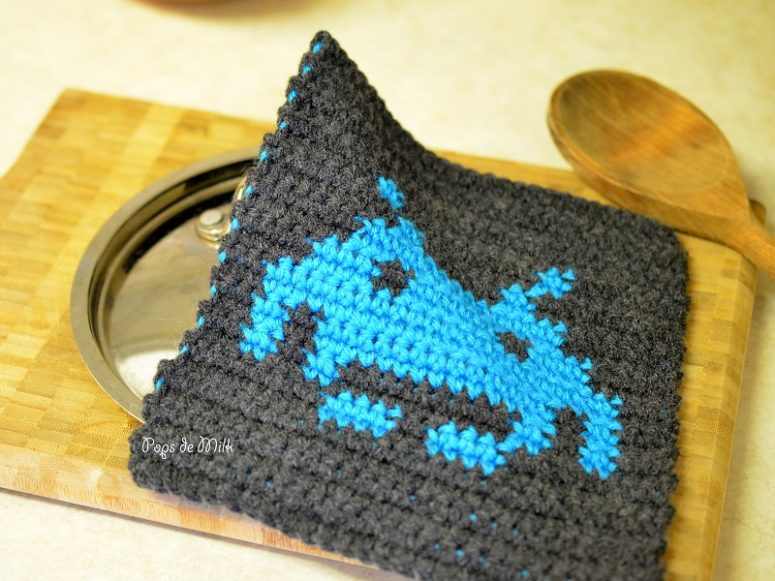 DIY geekery crochet potholder with space invaders (via popsdemilk.com)