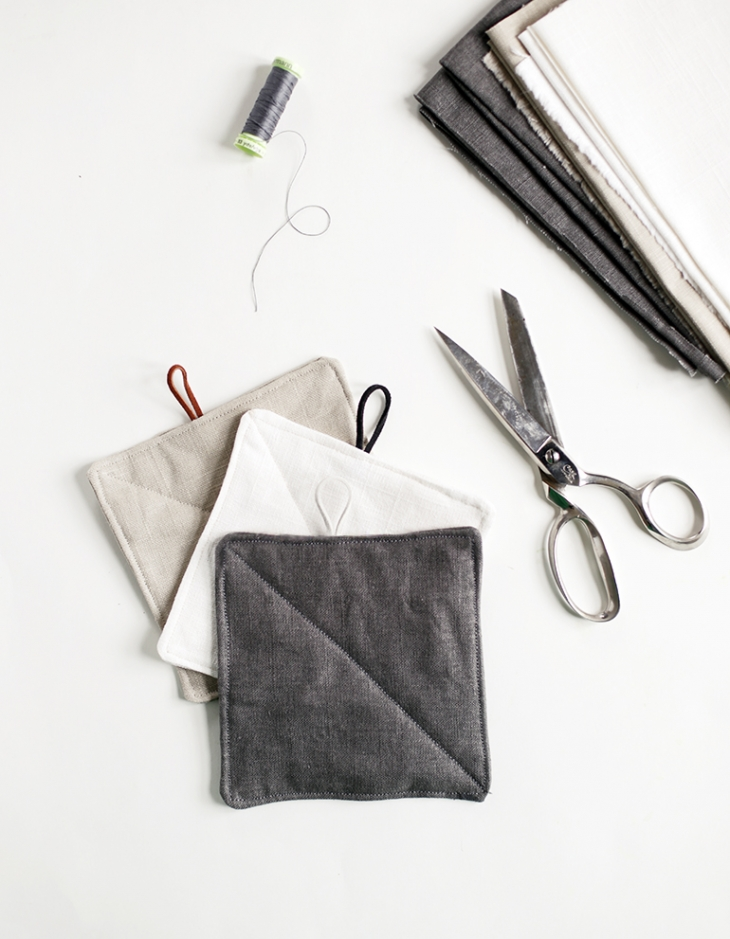 DIY monochrome linen potholders with loops (via themerrythought.com)