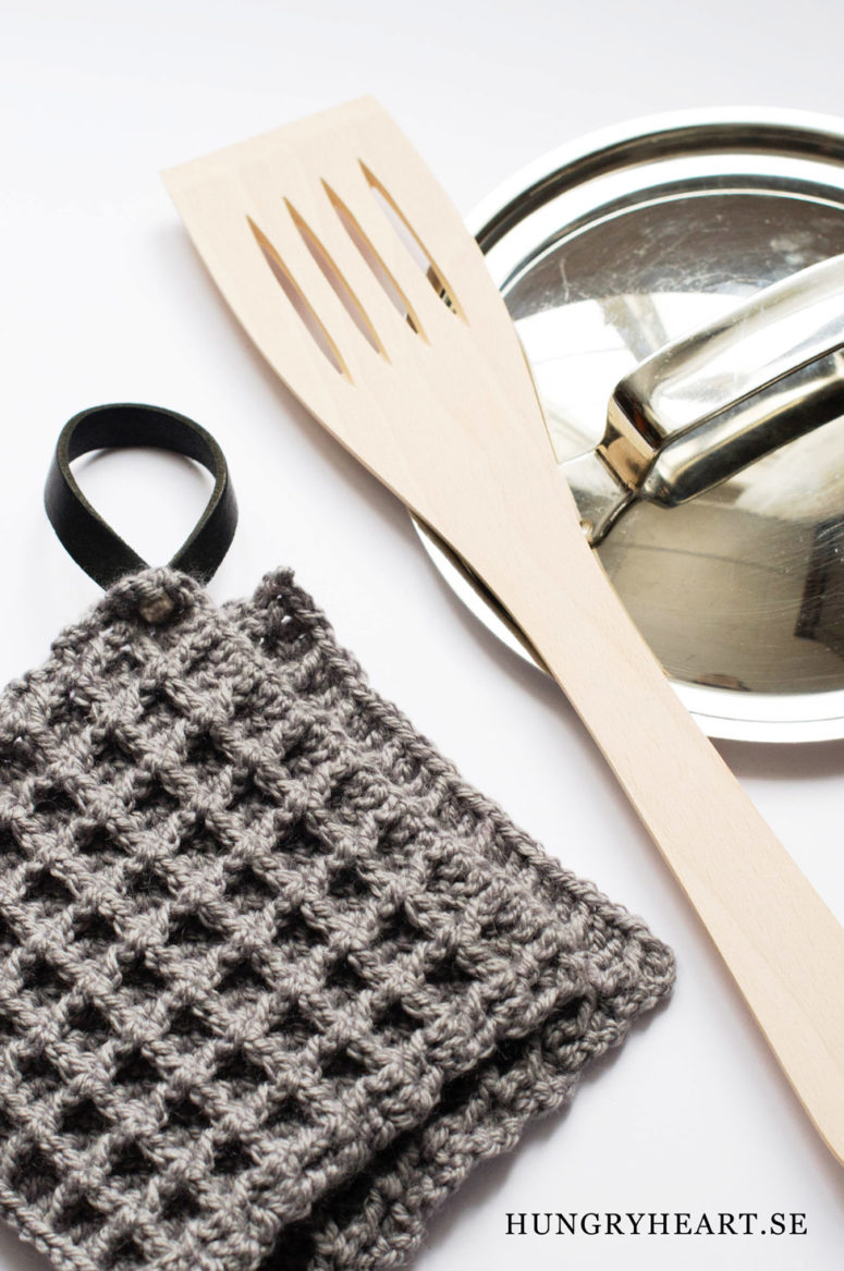 DIY dark waffle crochet potholder with a leather loop (via www.hungryheart.se)