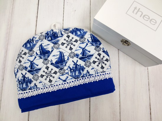 DIY printed fabric tea cozy with lace trim (via bywilma.com)