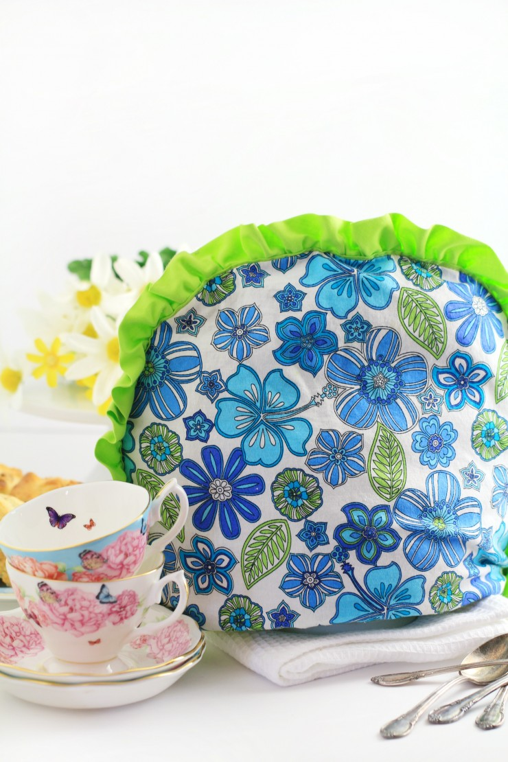 DIY printed fabric tea cozy with contrasting ruffles (via www.frugalmomeh.com)