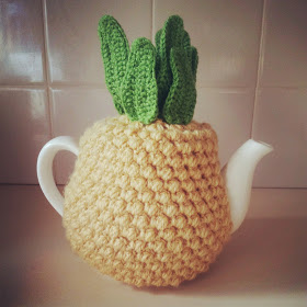 DIY crocheted pineapple tea cozy (via teaandcraft.blogspot.ru)