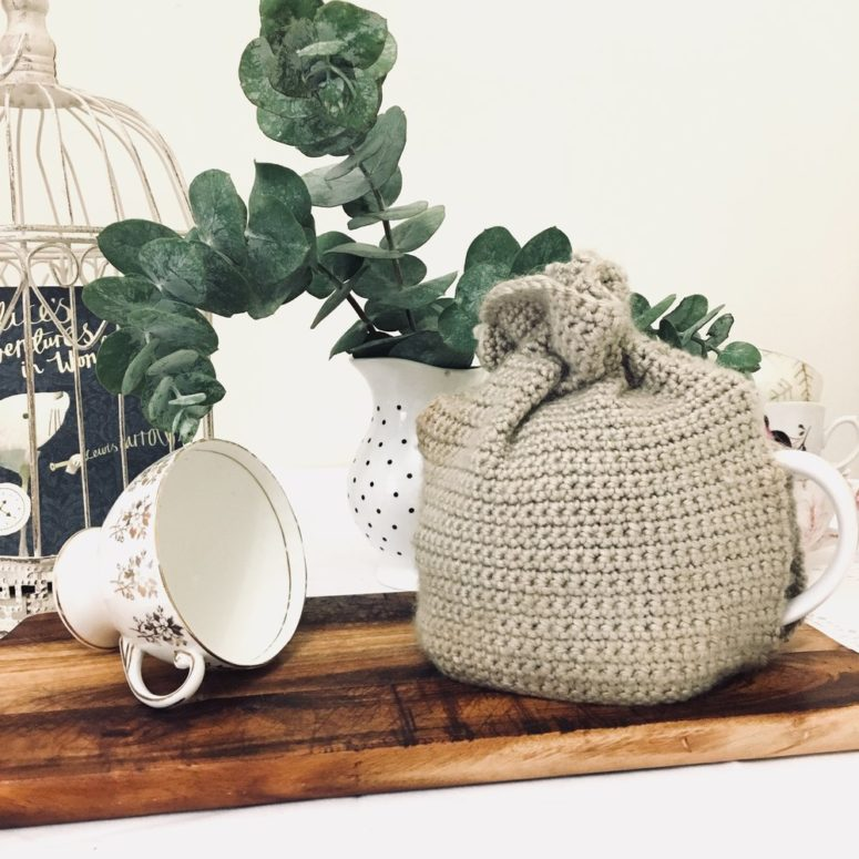 DIY neutral crocheted tea cozy (via www.novelteaco.com)