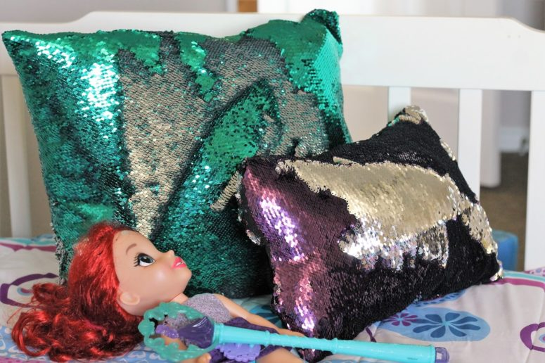 DIY mermaid pillow of reversible sequin fabric (via www.gyctdesigns.com)