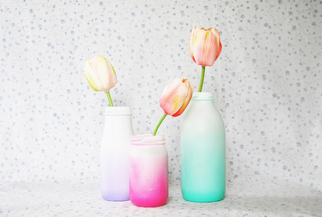 DIY soft-colored ombre vases of usual glass bottles (via thepinkdoormat.blogspot.ru)