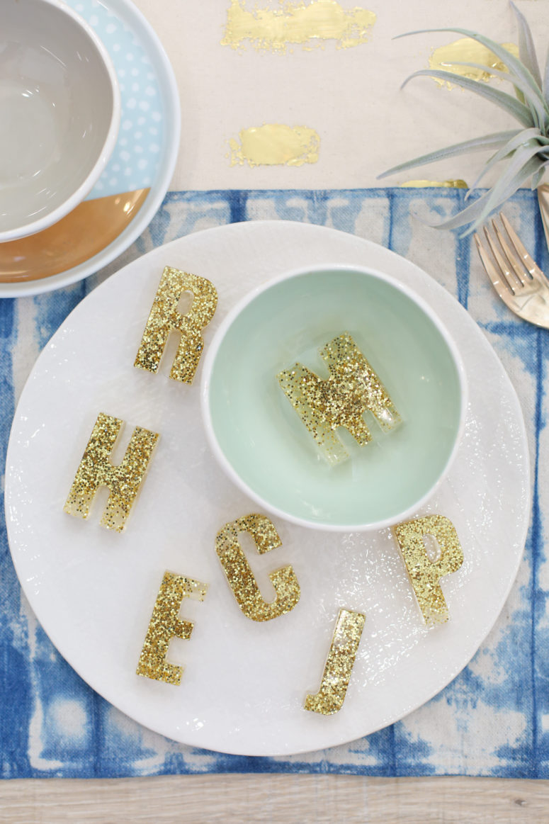 DIY resin and gold glitter monogram place cards (via lovelyindeed.com)