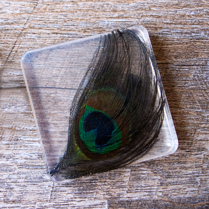 DIY peacock feather coasters (via resincraftsblog.com)