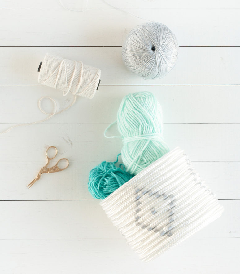 DIY white rope basket with a yarn pattern (via historiasdecasa.com.br)
